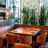 ガラス張りの一角にゆったりと配されたソファ席。周りに背の高いサボテンが並ぶ、南米ムード溢れる空間です