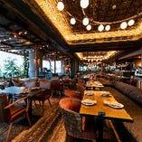 広々としたメインフロア。古木とグリーンの温かみの中にデザイン照明を効果的に使った、シックな雰囲気です
