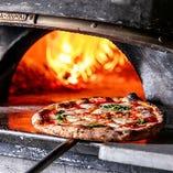 自慢のピッツァは、ナポリで100年以上の歴史を誇るアクント・マリオ社製の専用窯で一気に焼き上げます