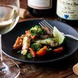 CHICAMAビーチのある南米ペルー発祥の「セヴィーチェ」。新鮮魚介に玉ねぎやトマト、ハーブを加えた逸品です