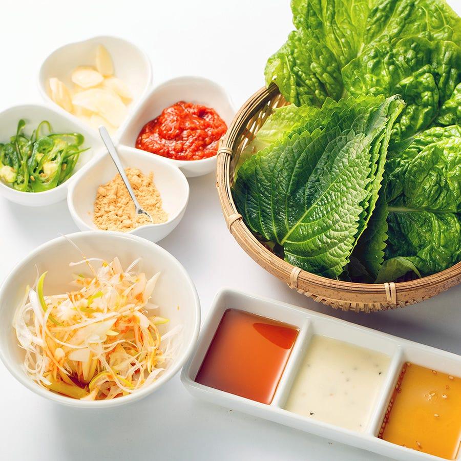 野菜、薬味、タレのセットがついています。