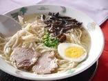 国産鶏ガラ100%、透明黄金スープのラーメン