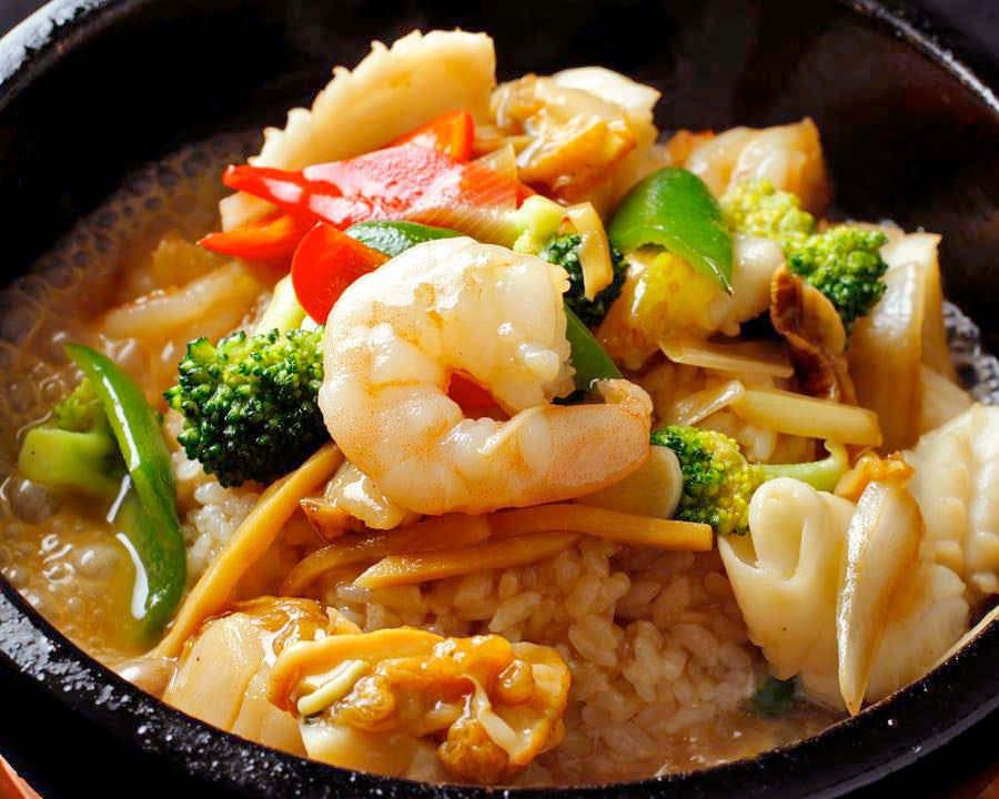 特製海鮮石焼チャーハン中華料理の定番、海鮮を石焼で表現します