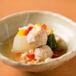 出汁の旨味を感じられる、優しい味わいの一皿も人気です。