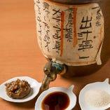 自慢の鮮魚は自家製の「出汁塩」や「造り醤油」でぜひ!