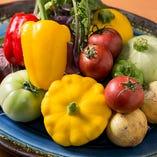 淡路島の契約農家から仕入れる、珍しい旬野菜も揃います!
