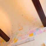 店内の各所には柔らかい色調の絵画が。芸術性あふれる空間です。