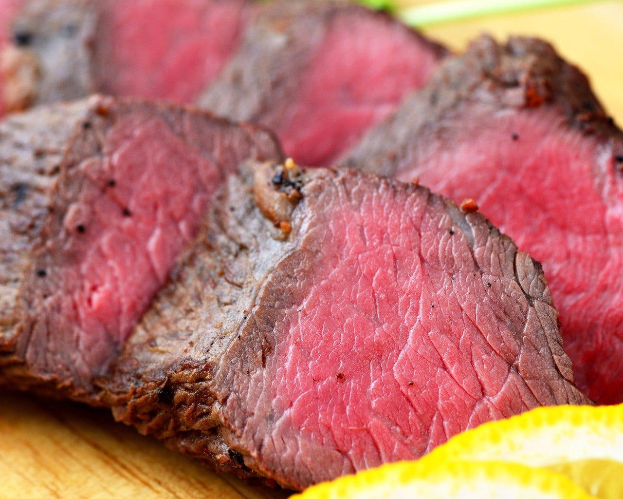人気メニュー犬鳴豚料理。スペアリブ、ステーキもあります。