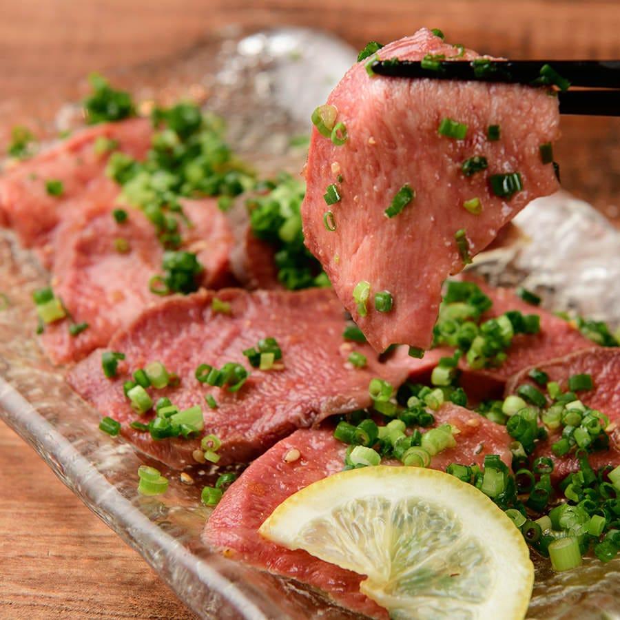 「牛タン刺し」低温加熱調理にて極力生の食に近づけた至極の逸品