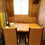 一組限定の半個室のお席もご用意しております。