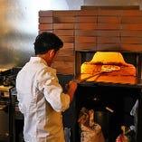 自慢のピザは、専用の窯を構え高温で一気に焼き上げます。表面がかりっと中はもっちりとした食感をお楽しみください。