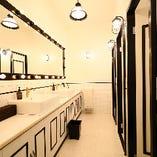 明るい照明と大きな鏡に、アメニティも充実しています。