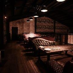 階段を上がると広がる、贅沢空間。デートや女子会にどうぞ。
