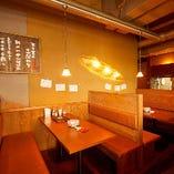 三方を壁やパーテーションで区切ったお席の適度なプライベート感に親密度もUP!