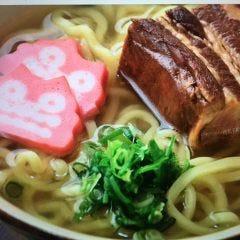 沖縄そば(沖縄麺、お出汁、ラフテー、シーサーカマボコ、ネギ)付き