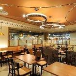 広々したテーブルが並ぶ、落ち着いた内装のビアホールです。