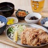 自慢の黄金唐揚げを定食に。ご飯と味噌汁のほか小鉢4品ついてボリューム満点