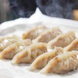黄金焼餃子は焼く前に蒸すことで、うま味をしっかりと中に閉じ込めています
