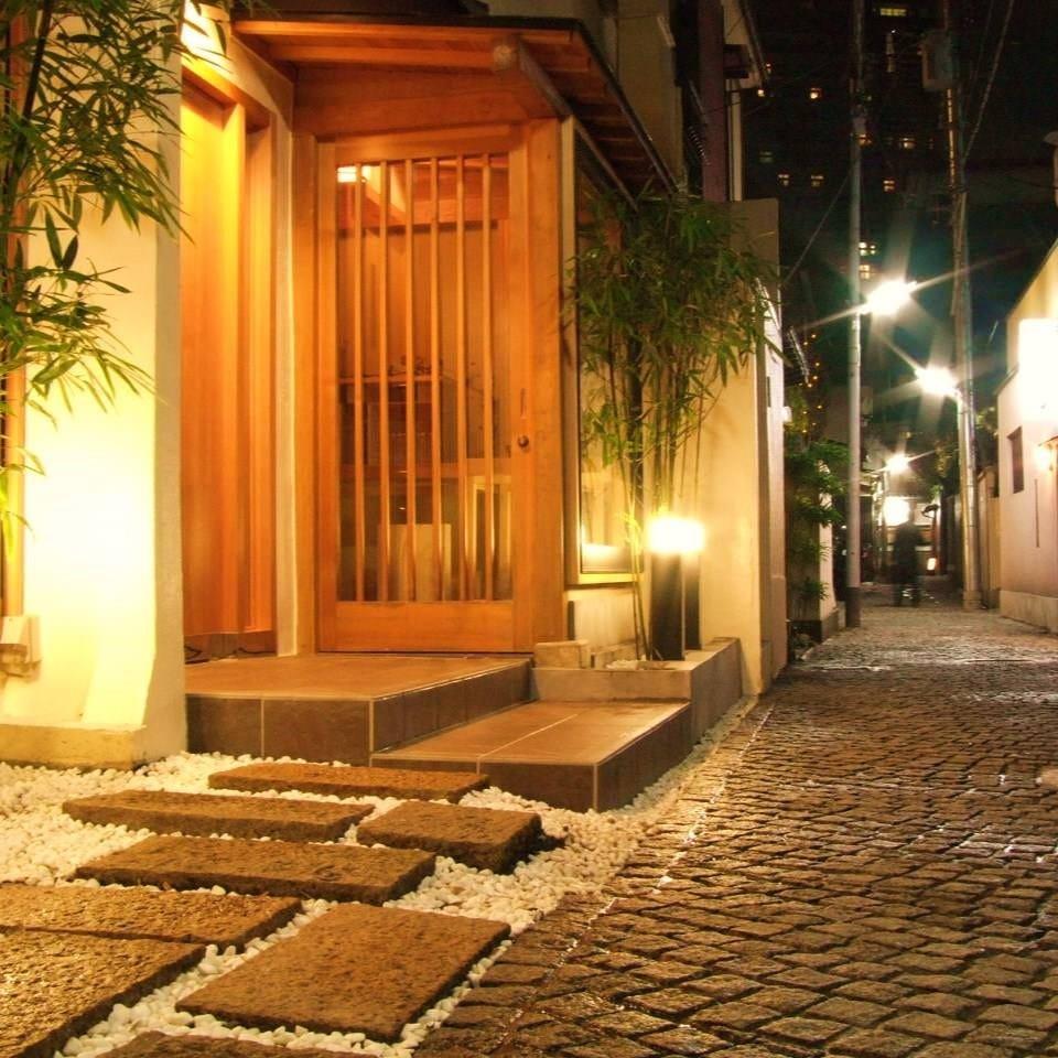 宵の神楽坂。風情ある「かくれんぼ横丁」の石畳に明かりを灯す。