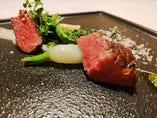 超熟成牛ランプ肉、新玉葱、クレソン、蝦夷山葵