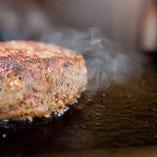 石垣島直送の美崎牛ハンバーグ。ジューシーに焼き上がります。