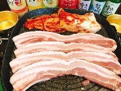 サムギョプサル食べ飲み放題×韓国料理 金の豚
