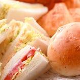 バイキングコーナーで充実の前菜と焼き立てパンが楽しめる♪