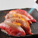 炙り牛にぎり  ※一般的に食肉の生食は食中毒のリスクがあります ※子供、高齢者、食中毒に対する抵抗力の弱い人は食肉の生食を控えてください