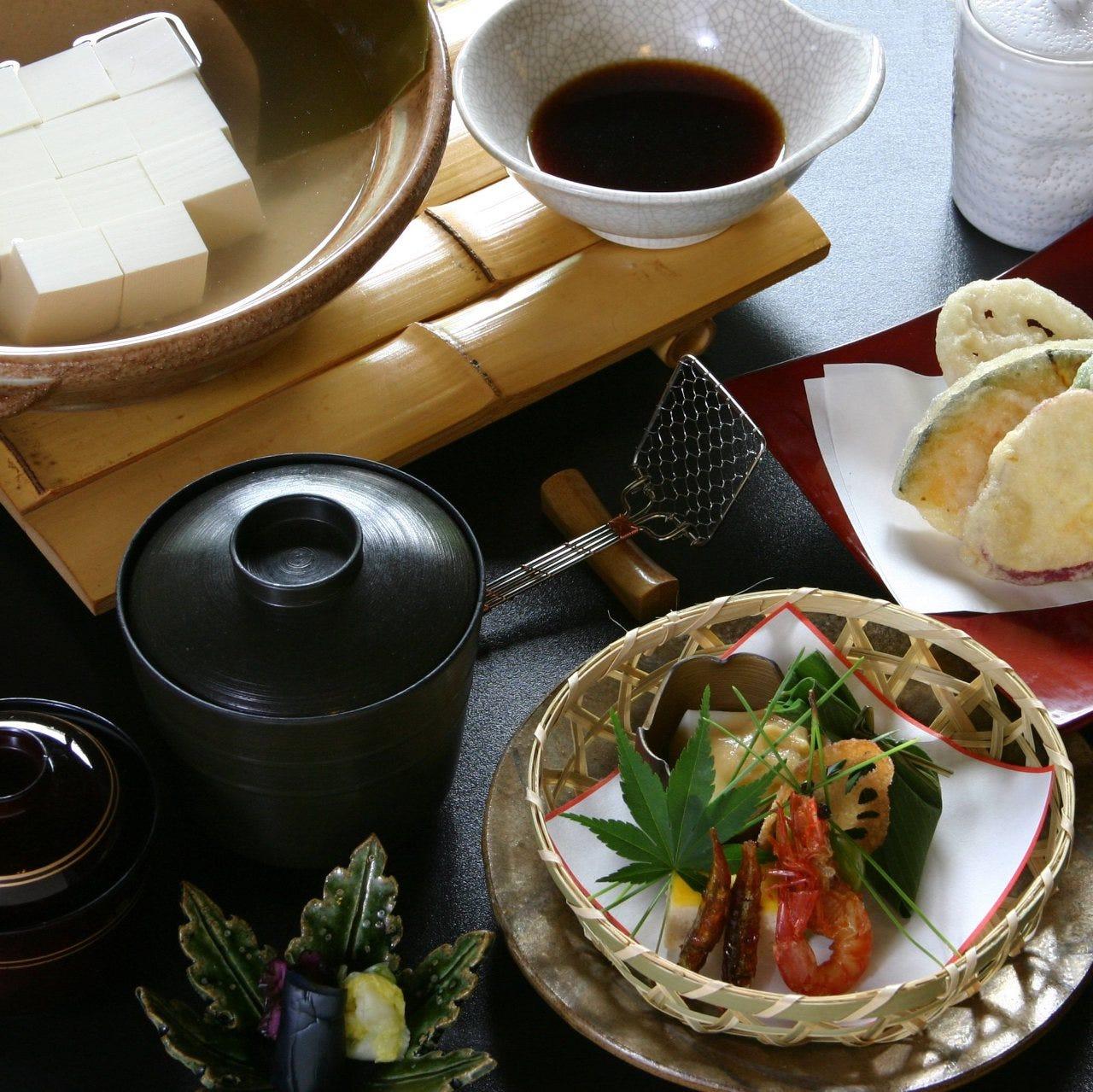 南禅寺名物 湯豆腐と季節の八寸。