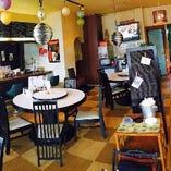 オシャレでモダンな雰囲気の店内。カウンター席もございます。