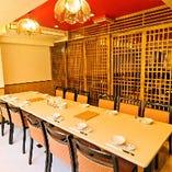 2階には格子状のふすまで仕切る半個室テーブル席をご用意。10〜20名様までご利用いただけます。