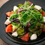 フレッシュトマトとモッツァレラのカプリ風サラダ