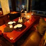 夜景が見えるテーブル席で非日常のひとときを。