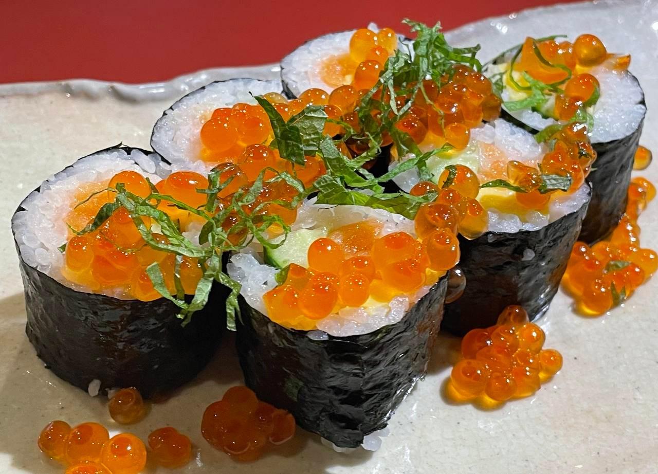 サーモンの巻き寿司にたっぷりのイクラをかけどうぞ『嵐巻き』