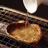 甲羅に詰めた蟹みそをそのまま火にかけ、香ばしく仕上げました。日本酒との相性もばっちりです◎一通り蟹みそを味わったら、甲羅に日本酒を注いでいただくのも、粋な楽しみ方です