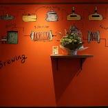 オレンジの壁がおしゃれなビアバル♪女子会にもぴったりです☆
