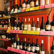 壁棚にズラリ!世界各国のワイン300種以上