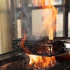 豪快な炎で調理「鶏もも天然塩焼き」