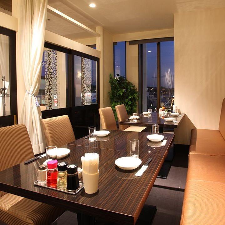 ★昼間も夜も素敵な景色が自慢のカーテンでしきられたテーブル席