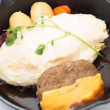佐賀産和牛入りチーズハンバーグの白いスフレオムライス~デミグラスソースで~