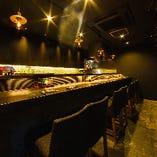 バーのようなハイチェアに、モダンな雰囲気を演出する空間