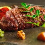 神戸ビーフのメインは、ボリューム満点のミスジステーキや、料理人の腕が光る鉄板ステーキなど