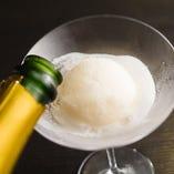 季節のシャーベットにスパークリングワインを注ぐ大人のデザート