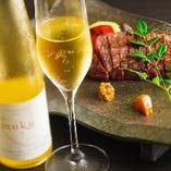 「夢久 muku」と名付けられたレイトハーベストは、豊かな香りと果実の凝縮感にあふれ、デザートワインとして人気です