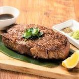 まずはこれを注文! 世界遺産エアーズロックのようなステーキ!