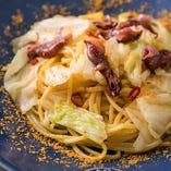 旬菜を使った季節のパスタも。一例:からすみと春キャベツ、ホタルイカのペペロンチーノ