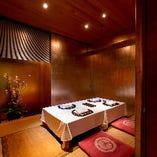大切な時間をつむぐ完全個室には、品格ある箔の壁面と一足先の花を