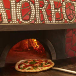 ピッツァ窯で焼き上げたピッツァは薪の香りとモチモチの食感が◎