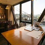 大きな窓は明るく開放感たっぷり♪夜は鎌倉の夜景が見える席も!