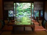 有形文化財の建物。日本庭園を眺められるお座敷個室。